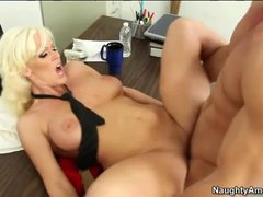 Naked bleach blonde hottie has office hardcore